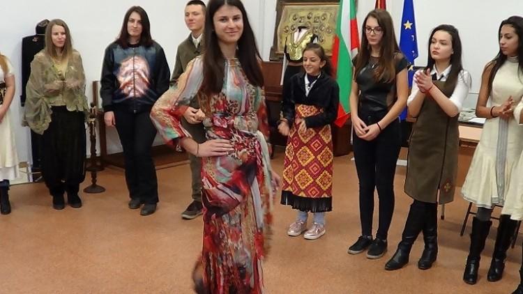 Младежи от Русе с тематично модно ревю против антициганизма