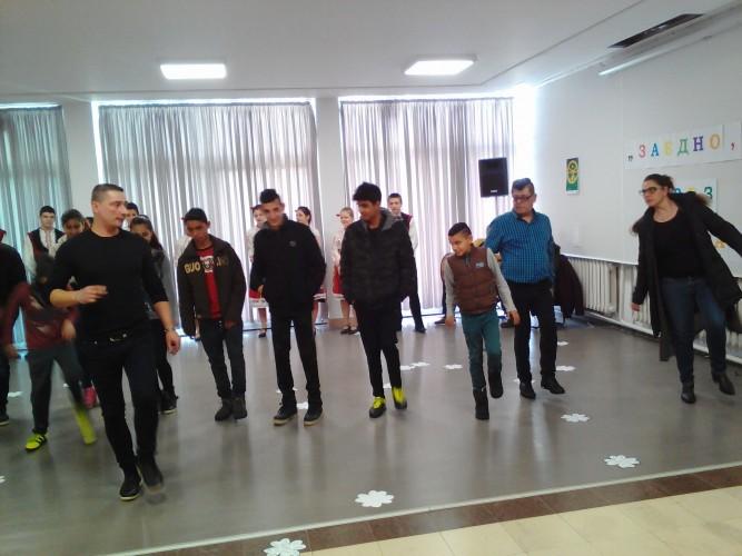 Народни хора̀ танцуваха във Враца срещу антициганизма